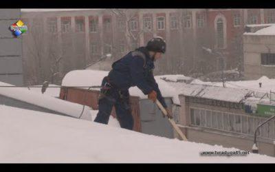 Промышленный альпинист работает в штате УК «Жилой дом»