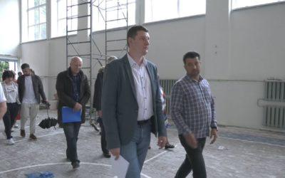 Денис Семенов проверил ход ремонта образовательных учреждений